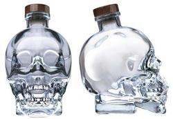 Голливудский актер выпускает водку Crystal Head и разливает ее в бутылки в виде черепа