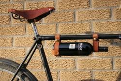 Канадский дизайнер подвесил бутылку вина к велосипедной раме