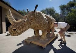 В США из винных пробок была сделана скульптура носорога