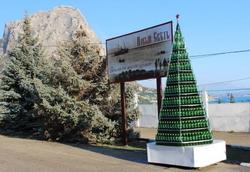 В Украине появилась десятиметровая новогодняя елка, сделанная из 5 999 бутылок шампанского. Сделана она сотрудниками крымского дома шампанских вин «Новый свет».