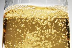 Французские ученые установили связь между температурой помещения и количеством пузырьков в шампанском