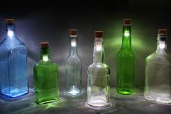 Британские дизайнеры подсветили бутылки пробками