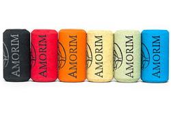 Итальянская компания Amorim Group занимается созданием цветных винных пробок, на которые к тому же наносятся любые рисунки