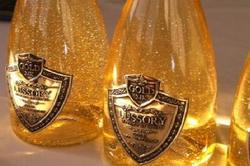 В ОАЭ начали продавать вино с растворенным в нем золотом