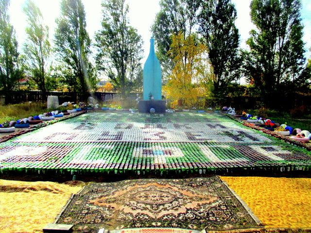 Житель деревни Николаевка установил в своем дворе памятник водке