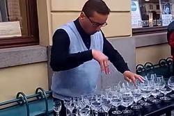 Уличный музыкант исполняет классику на винных бокалах